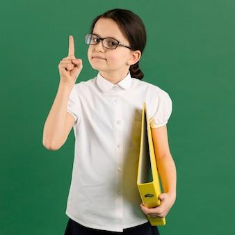 Vista frontal del joven maestro serio