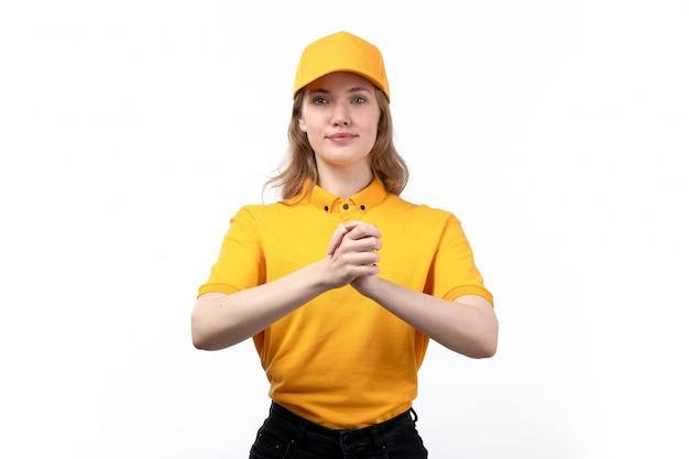 Una vista frontal joven mensajero trabajadora del servicio de entrega de alimentos sonriendo estrechándole la mano en blanco