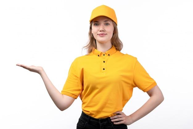 Una vista frontal joven mujer mensajero trabajadora del servicio de entrega de alimentos sonriendo con mano rasised en blanco