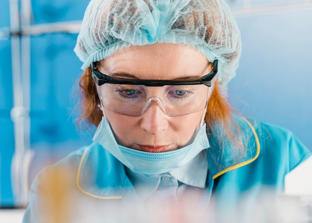 Vista frontal de la joven mujer químico de jengibre