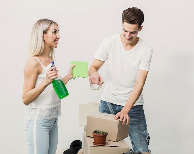 Vista frontal joven pareja con cajas móviles
