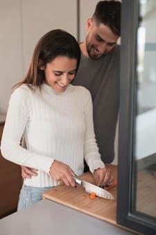 Vista frontal joven pareja cocinando en casa