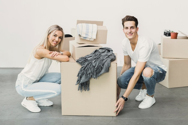 Vista frontal joven pareja feliz de moverse