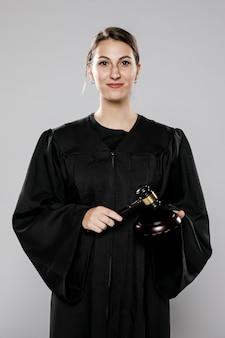 Vista frontal de la jueza sonriente