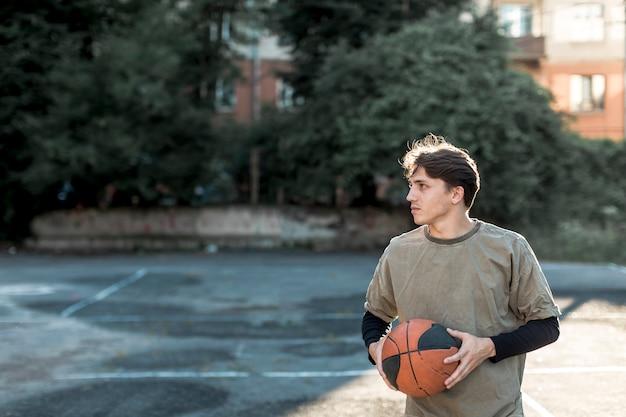 Vista frontal del jugador de baloncesto urbano.