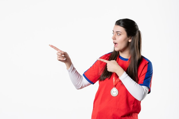 Vista frontal de la jugadora en ropa deportiva con medalla