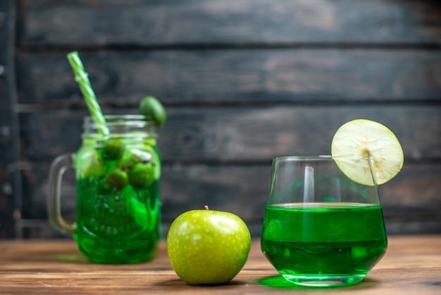 Vista frontal jugo de feijoa verde con manzana verde en barra oscura cóctel de fotos en color de frutas
