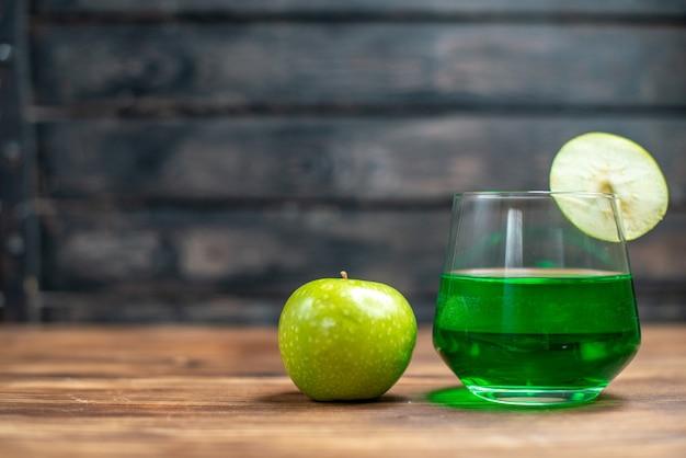 Vista frontal de jugo de feijoa verde con manzana verde en el escritorio de madera, barra, bebida de color de frutas, cóctel fotográfico