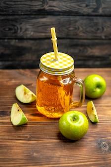 Vista frontal del jugo de manzana fresco dentro de lata con manzanas verdes frescas en una bebida de cóctel oscura, color de la foto de la fruta