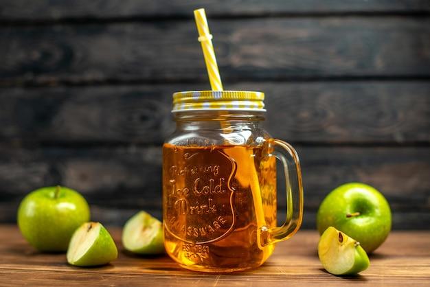 Vista frontal de jugo de manzana fresco dentro de lata con manzanas verdes frescas en cóctel de color oscuro foto fruta