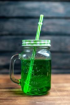 Vista frontal de jugo de manzana verde dentro de lata en el escritorio de madera marrón bebida foto cóctel color fruta