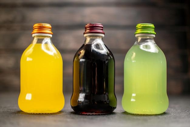 Vista frontal de jugo de naranja y amarillo negro