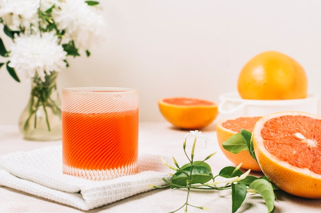 Vista frontal de jugo de pomelo en un vaso