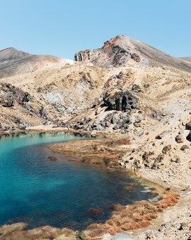 Vista frontal del lago esmeralda con volcán