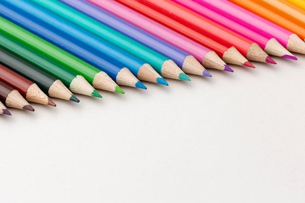 Vista frontal de lápices con espacio de copia