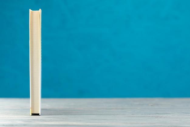 Vista frontal libro con fondo azul.
