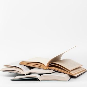 Vista frontal libros abiertos con fondo blanco.