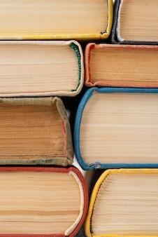 Vista frontal de libros apilados juntos