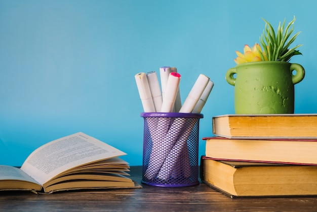 Vista frontal libros en escritorio
