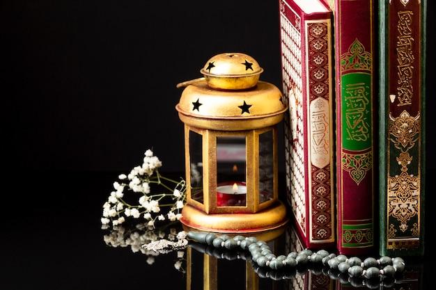 Vista frontal de libros islámicos de pie.
