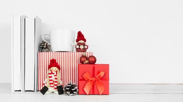 Vista frontal de libros y regalos de navidad.