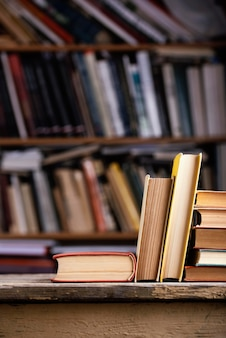 Vista frontal de libros de tapa dura en la biblioteca.