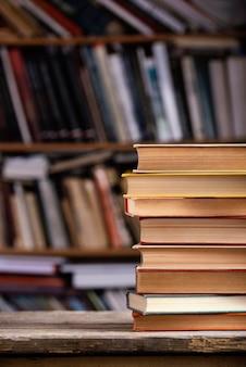 Vista frontal de libros de tapa dura con espacio de copia