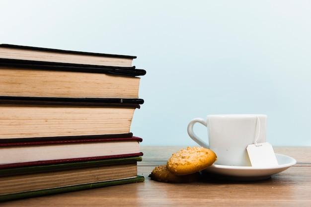 Vista frontal de libros y taza de té