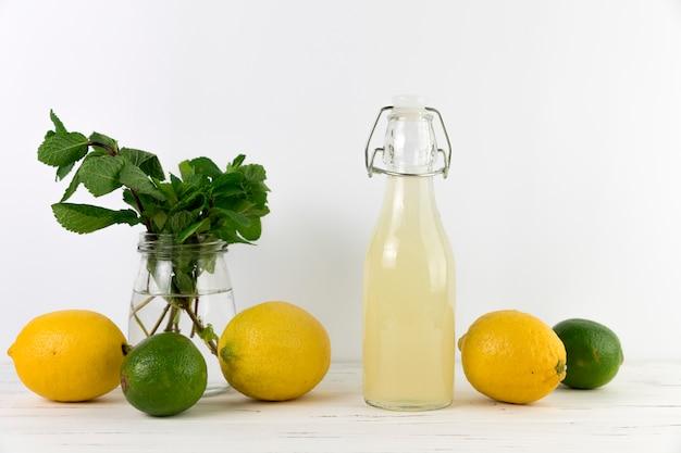 Vista frontal de limonada casera con lima.