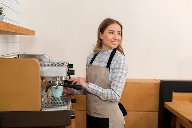 Vista frontal de la linda chica barista