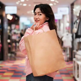 Vista frontal de la linda chica japonesa en compras