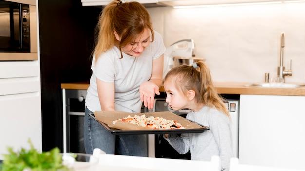 Vista frontal de linda familia cocinando juntos