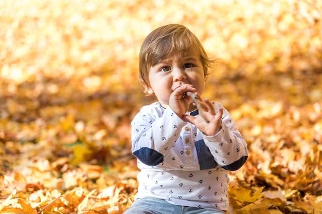 Vista frontal lindo bebé sosteniendo palo