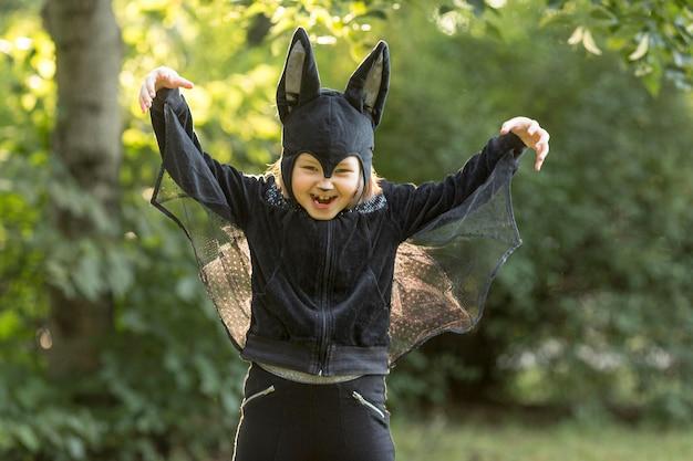 Vista frontal del lindo disfraz de halloween de murciélago