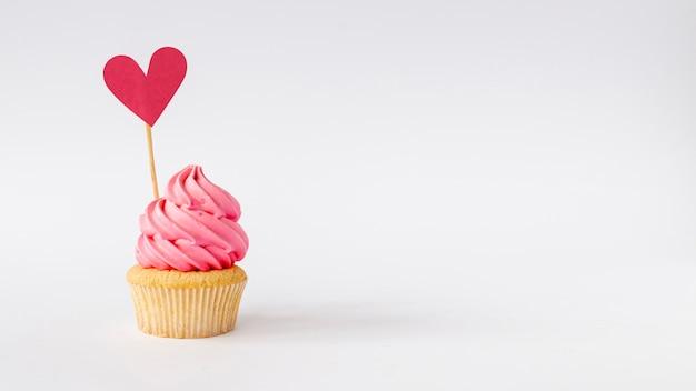 Vista frontal del lindo espacio de copia de cupcake de niña pequeña