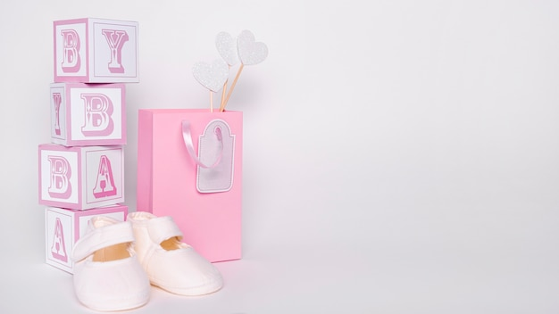 Vista frontal de lindos accesorios de niña pequeña con espacio de copia