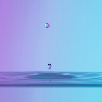 Vista frontal del líquido con gota de salpicadura