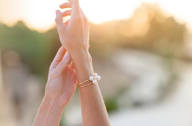 Vista frontal de una luz de fondo de mujer fiel silueta de manos estéticas al amanecer con un fondo cálido. disfruta la vida