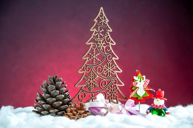 Vista frontal madera árbol de navidad piña bolas de árbol de navidad en rojo