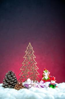 Vista frontal madera árbol de navidad piña bolas de árbol de navidad