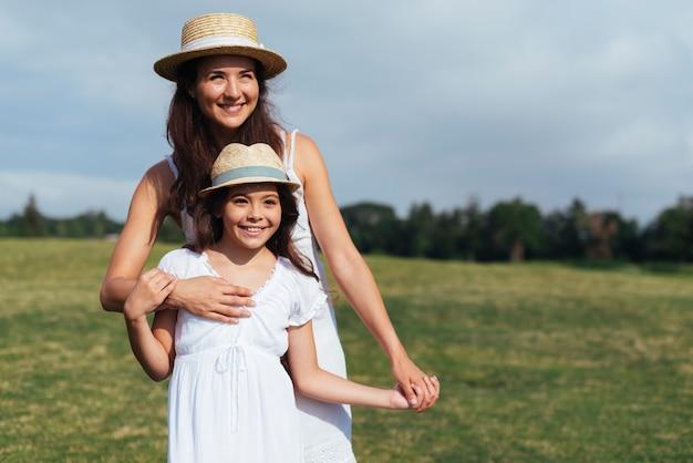 Vista frontal madre e hija al aire libre