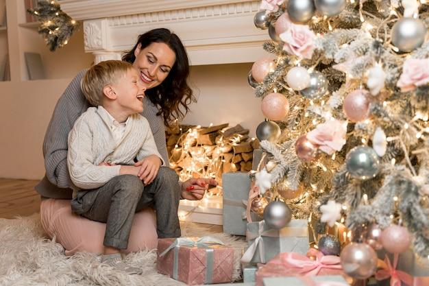 Vista frontal de la madre y el hijo en navidad