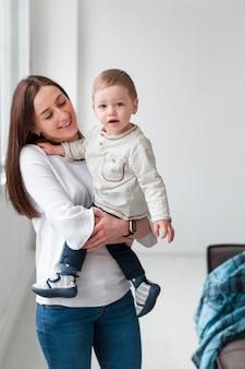Vista frontal de la madre con niño
