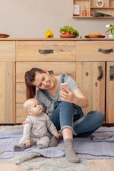 Vista frontal madre con su hijo