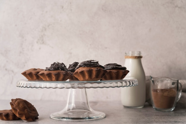 Vista frontal magdalenas de chocolate con leche