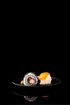 Vista frontal maki sushi y nigiri con espacio de copia