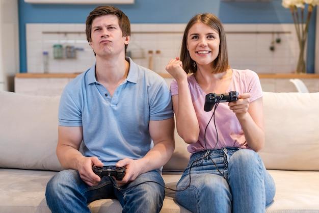 Vista frontal mamá y papá jugando videojuegos