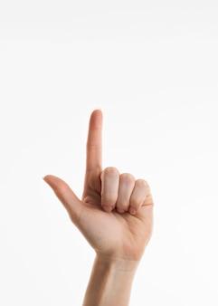 Vista frontal de la mano apuntando hacia arriba
