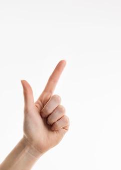 Vista frontal de la mano apuntando a la esquina superior derecha