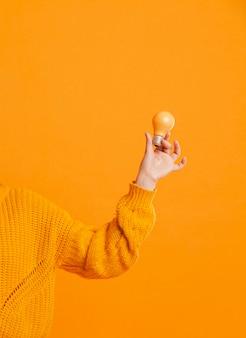 Vista frontal mano con bombillas amarillas